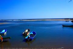 Praia de uma aldeia piscatória, maré baixa no por do sol Imagens de Stock