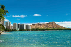 A praia de Waikiki com azuis celestes molha em Havaí com Diamond Head Imagem de Stock Royalty Free