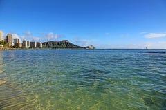 Praia de Waikiki com Diamond Head Crater Fotos de Stock Royalty Free