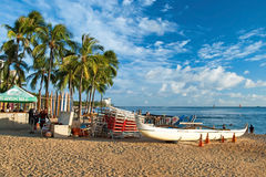 A praia de Waikiki com ressacas e azuis celestes molha em Havaí Fotos de Stock Royalty Free