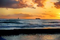 Praia de Waikiki do cruzeiro do por do sol Fotos de Stock