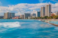 Praia de Waikiki e skyline de Honolulu em Havaí Fotografia de Stock