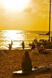 Praia de Waikiki, por do sol de Honolulu foto de stock