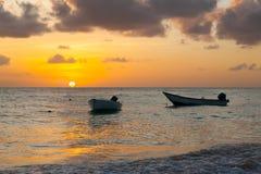 Praia de Worthing em Barbados no por do sol Dois barcos no primeiro plano Mar do Cararibe fotos de stock royalty free