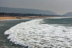 A praia de Yarada com Oceano Índico acena deixar de funcionar nas rochas e nas pedras da costa A exposição longa disparou com águ fotos de stock