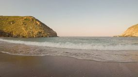 Praia de Zorkos na ilha de Andros em Grécia Um destino bonito do verão vídeos de arquivo