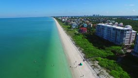Praia descalça FL 5 do vídeo aéreo vídeos de arquivo