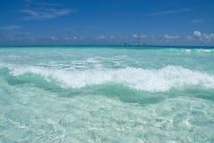 Praia desobstruída da onda Imagem de Stock