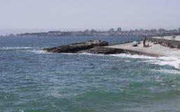 Praia a Dinamarca Azarujinha, praia em Estoril, Portugal com vista aos cascais Imagens de Stock