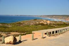 Praia a Dinamarca Bordeira, trajeto de madeira, o Algarve, Portugal Imagem de Stock Royalty Free