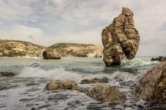 Praia do amor Rocha do ` s do Afrodite - lugar de nascimento do ` s do Afrodite perto da cidade de Paphos A rocha do tou grego Ro fotografia de stock