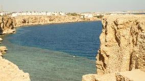 Praia do blefe na baía no litoral vídeos de arquivo