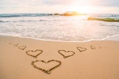 Praia do coração da luz do sol do amor imagens de stock royalty free