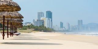 Praia do Da Nang e skyline da cidade imagens de stock royalty free