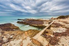 Praia do Es Trenc sob o céu sombrio imagens de stock royalty free