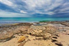 Praia do Es Trenc sob o céu sombrio foto de stock