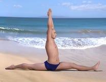 Praia do homem da ioga da pose de Hanumanasana imagens de stock