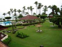Praia do hotel - com a areia, mar azul fotografia de stock