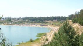Praia do lago na opinião da floresta da parte superior filme