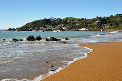 Praia do louro de Moeraki & barcos de pesca, Nova Zelândia fotos de stock