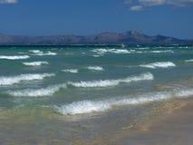 Praia do majorca com água e montains claros sobre foto de stock royalty free