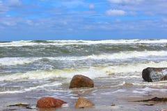 Praia do mar Báltico no clima de tempestade com ondas do mar Fotos de Stock