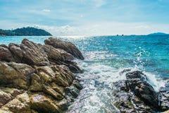 Praia do mar com as rochas na ilha de Lipe em Tailândia Fotos de Stock Royalty Free