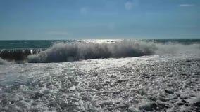 Praia do mar com pedras e seixos video estoque