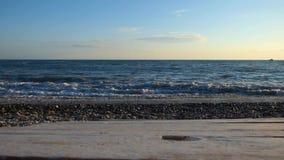 Praia do mar com pedras e seixos, travagem grande das ondas de água filme