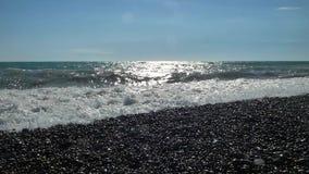 Praia do mar com pedras e seixos, travagem grande das ondas de água video estoque