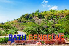 A praia do mar de Pantai Bengkung e o parque recreacional extasiam a placa do sinal foto de stock