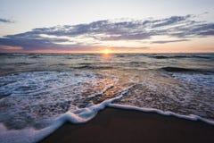 Praia do mar do por do sol Foto de Stock Royalty Free