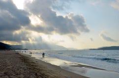 Praia do mar do Sul da China, Hainan; Sanya Fotos de Stock