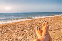 A praia do mar feliz relaxa o conceito das férias dos holidiays, oceano do azul do sol do verão do lazer O Seascape relaxa a pais imagem de stock