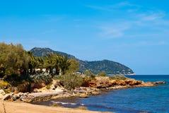 Praia do mar Mediterrâneo sob o céu azul desobstruído Imagem de Stock