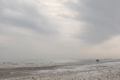 Praia do Mar Negro do inverno na paisagem do céu do inverno Fotografia de Stock