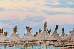 A praia do Mar Negro, terraço com guarda-chuvas, areia, água e céu azul Fotos de Stock Royalty Free
