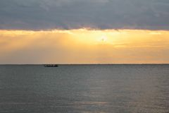 Praia do mar no por do sol bonito imagens de stock