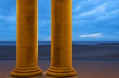 Praia do Mar do Norte de Ostende com colunas, Bélgica imagens de stock