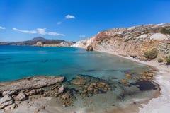 Praia do mar nos Milos ilha, Grécia Imagens de Stock
