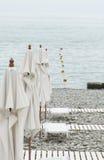 A praia do mar, seixos, guarda-chuvas, sunbed, acesso ao mar Resto o imagens de stock royalty free