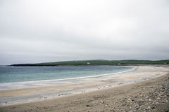 Praia do oceano do litoral de Orkney no Brae de Skara imagens de stock