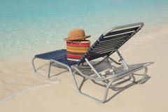 Praia do oceano e chapéu de palha tropicais Fotografia de Stock Royalty Free