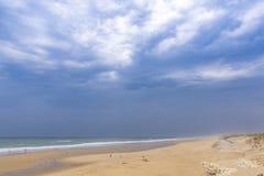 Praia do oceano na costa atlântica de França perto do Lacanau-oceano, Foto de Stock Royalty Free