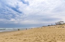 Praia do oceano na costa atlântica de França perto do Lacanau-oceano, Fotografia de Stock Royalty Free