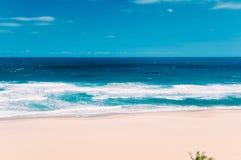 Praia do oceano do paraíso em Margate, África do Sul, céu azul, c branco Fotos de Stock Royalty Free