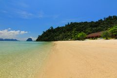Praia do paraíso na ilha do kohngai no trang Tailândia fotografia de stock