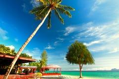 Praia do paraíso na ilha do kohngai no trang Tailândia Foto de Stock
