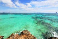 Praia do paraíso na ilha do maiton do Koh, phuket, Tailândia fotos de stock royalty free