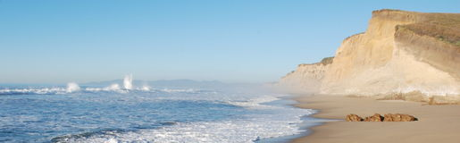 Praia do penhasco do oceano imagem de stock